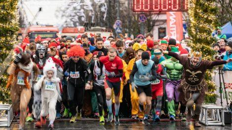 Bėgantis kalėdinis Vilnius – šventinę nuotaiką transliuoja rekordinė bėgikų kolona