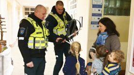 Policijos pareigūnai Telšių rajono Varnių Motiejaus Valančiaus gimnazijos moksleivius pasitiko su atšvaitais