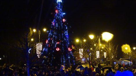 Kukliai žavinga Kalėdų eglė sužibo Skuode