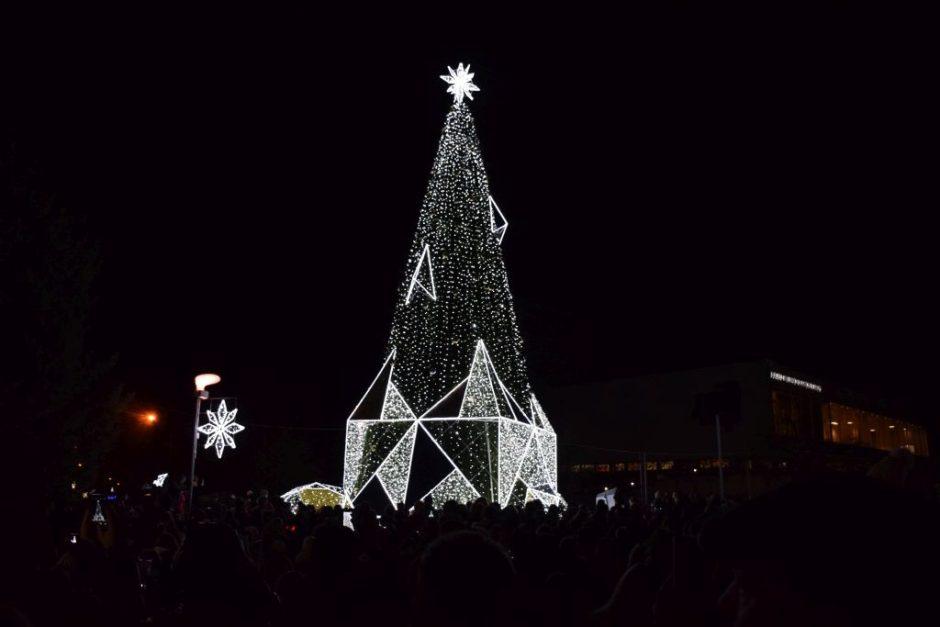Mieste iškilmingai įžiebta Kalėdų eglė