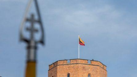 Gedimino pilies bokšte iškelta 2020-ųjų Lietuvos vėliava