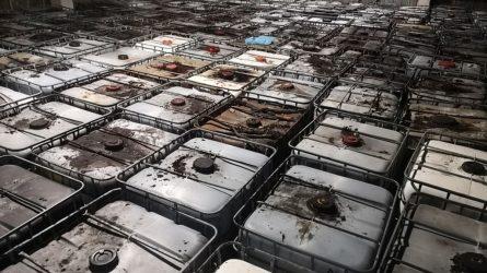 Pakruojo ir Panevėžio rajonuose aplinkosaugininkai rado kelis šimtus statinių su pavojingomis atliekomis