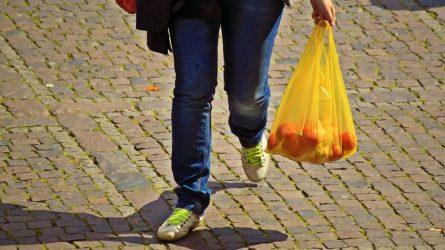 Už nemokamą lengvųjų plastikinių pirkinių maišelių dalijimą gresia baudos