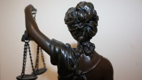 Įtariami daugiau nei pusę milijono pasisavinę sutuoktiniai sės į kaltinamųjų suolą