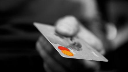 Banko kortelės kodą bandė išgauti mirtinais smūgiais