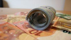 Įtariamųjų pinigus pasisavinusiai pareigūnei teismas skyrė 12 500 eurų baudą