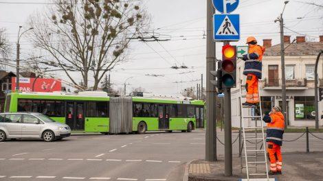 Į judriausias Kauno sankryžas grįžta lentelės su žaliomis rodyklėmis
