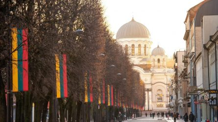 Lietuvos valstybės atkūrimo dieną Kaunas pasitinka su vilnijančia trispalvių alėja