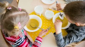 Sergant vaikui, už maistą darželiuose mokėti nebereikės nuo pirmos dienos