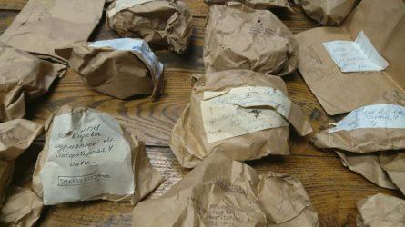 Palėpėje aptiktas senas siuntinys – lobis Akmenų muziejui