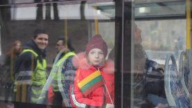 Vasario 16-oji pasitiko ir viešajame transporte – keleiviams dovanojo vėliavėles