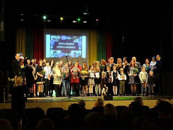 Vasario 16-ąją Daivos ir Vaido Viščiūnų šeimai įteiktas pagrindinis Metų šeimos 2019 titulas, taip pat padėkos skirtos ir dar 11-ai šeimų