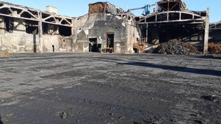 """""""Toksika"""" baigė sudėtingiausią Alytaus gaisravietės tvarkymo etapą: išvežta beveik 5500 tonų pavojingųjų atliekų"""