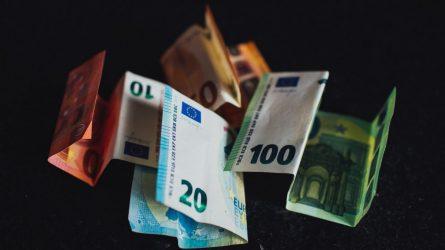 Karantino metu stabdomi kai kurie antstolių veiksmai, skolų išieškojimas iš algų valstybės naudai