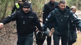 Kelią iš miško aptemdė alkoholis, bet paklydėlį išgelbėjo policijos pajėgos