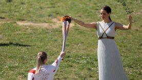 Graikijoje atšaukta olimpinio deglo estafetė, tačiau perdavimo ceremonija įvyks