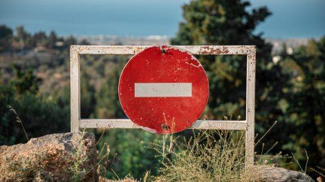 Keliauti nerekomenduojama, į 18 šalių  – draudžiama