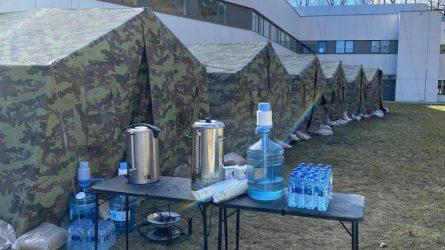 Rūpestingas Vilnius: prie Santarų įrengtos palapinės laukiantiesiems siūloma vandens
