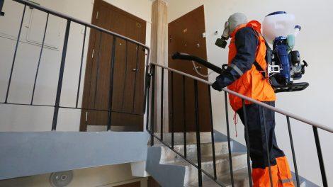 Varėnos rajone dezinfekuojamos daugiabučių namų bendrojo naudojimo patalpos