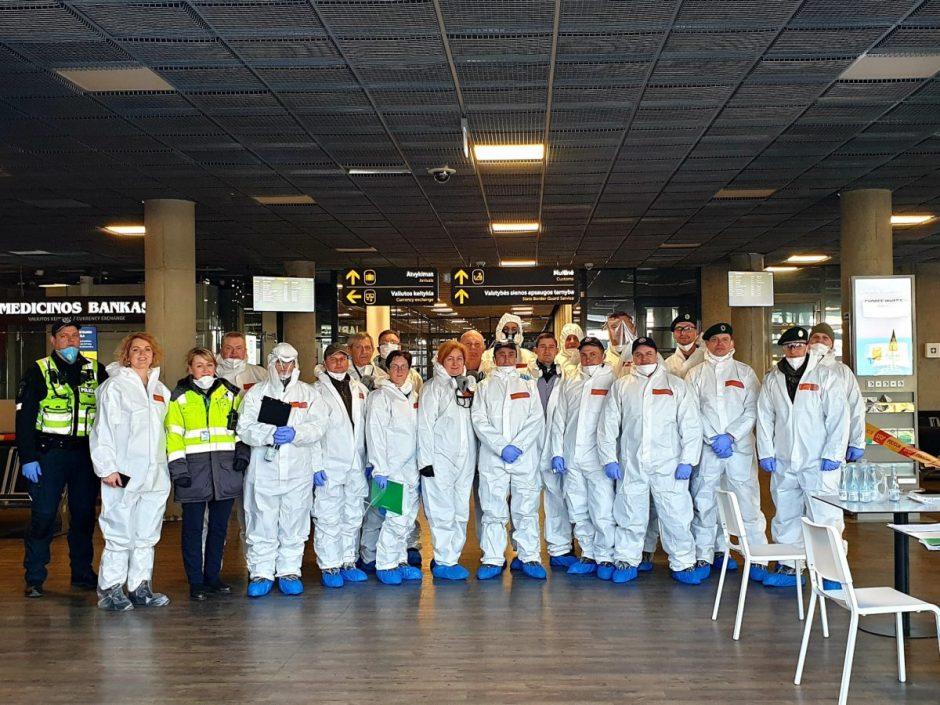 Kauno rajono ugniagesiai savanoriai talkina pervežant grįžusius iš užsienio