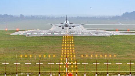 Susisiekimo ministerija užsakomaisiais skrydžiais į Lietuvą jau sugrąžino 2526 piliečius