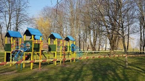 Skuodo mieste vaikų žaidimų aikštelės aptvertos įspėjamąja juosta