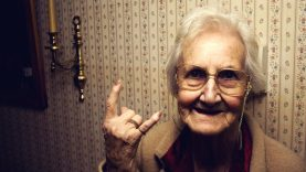 Močiučių gyvenims susided iš laukima, kol numirs i kelių kasdieninių buitines rutinas darbų