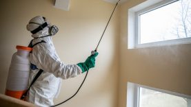 Sostinės savivaldybė dezinfekuos susirgusiųjų COVID-19 gyvenamųjų namų laiptines