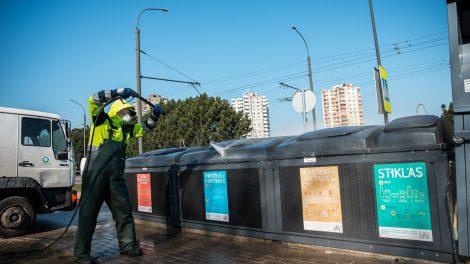 Nuo stotelių iki laiptinių: Kaunas didina dezinfekavimo darbų apimtis