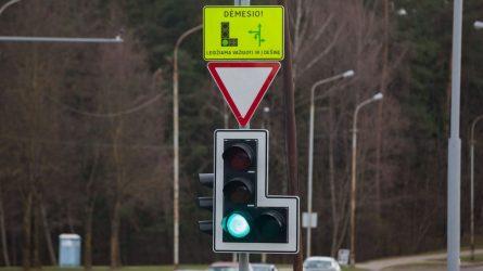 Dalyje Vilniaus sankryžų – informaciniai skydai atliekantiems posūkius į dešinę