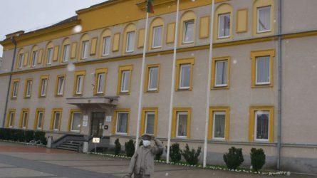 Varėnos rajono savivaldybės meras Algis Kašėta kultūros darbuotojus sveikina su Kultūros diena, šia proga prie savivaldybės iškelta Taikos vėliava