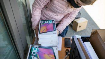Sostinės savivaldybės vaikai nuotoliniam mokymuisi gaus daugiau kaip 5 tūkst. kompiuterių ir planšečių