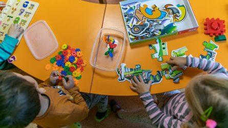 Nuo pirmadienio sostinėje dalis ugdymo įstaigų pradeda veikti dirbančiųjų vaikams
