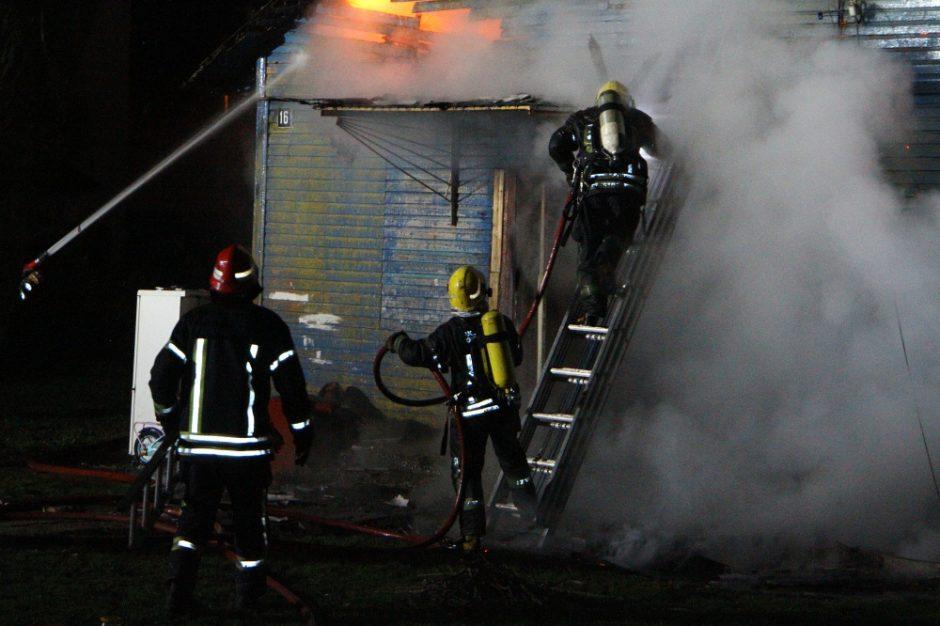 Naktį Raseinių centre padegtas negyvenamas namas