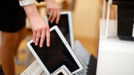 Į savivaldybes iškeliauja pirmieji 2 tūkstančiai mokiniams skirtų planšečių su internetu