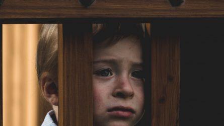 Karantino metu vaikams namuose dažniausiai nesaugu dėl girtaujančių tėvų