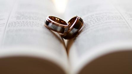 Santuokos ceremonija vis dar su apsaugos kaukėmis, bet mažiau apribojimų