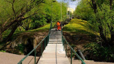 Griuvėsių nebeliko: kauniečiai vėl kursuoja atstatytu tiltu per Gričiupio upelį