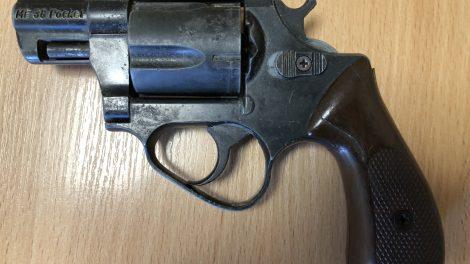 Alkoholio bandė išsireikalauti  ginklu
