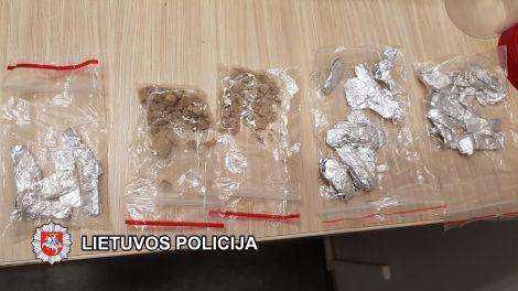 Klaipėdos policijai įkliuvę įtariami narkotikų platintojai suimti 3 mėnesiams