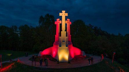 Sostinės Trijų kryžių paminklas nušvito Ispanijos vėliavos spalvomis