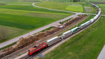Lūžis krovinių pervežimo rinkoje: vilkikų puspriekabės pradedamos vežti geležinkeliu
