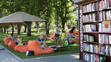 Trečiai vasarai į Lukiškių aikštę sugrįžta skaitykla po atviru dangumi #VilniusSkaito