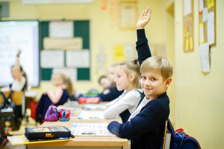 Pradinukai į mokyklas galbūt grįš dar iki vasaros, vyresni – nuo birželio 1-osios, už papildomas pavasario atostogas atidirbti nereikės