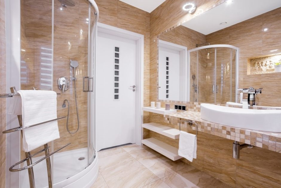 Klaidos, kurias dažniausiai darome rinkdamiesi dušo kabinas