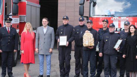 Ugniagesiams  – premijos ir sveikinimai iš JAV