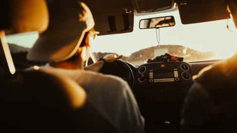 Važiuojantiems automobiliu šis įprotis gali baigtis skaudžiomis pasekmėmis