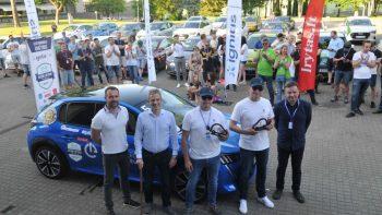 """Elektromobilių varžybose triumfavo """"Tesla Model 3""""  ir """"Peugeot e-208"""" ekipažai"""