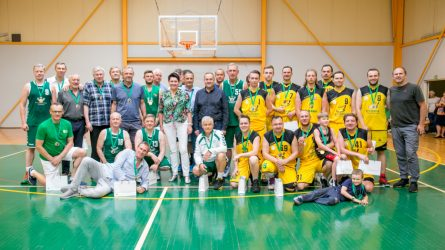 Sporto žurnalistai krepšinio aikštėje metė iššūkį veteranams ir Seimo nariams