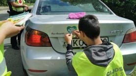 Raseinių rajono pareigūnų staigmena vairuotojams – obuoliai ir lipdukai